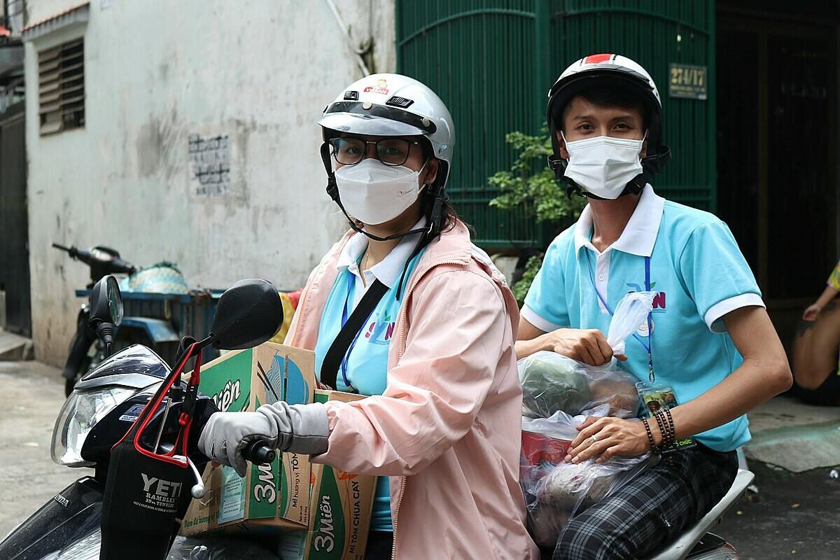 Trí Ngân (bên phải) cùng thành viên trong nhóm lái xe trao quà đến tận tay người cần. Ảnh: Nhóm Điều ước ban mai.