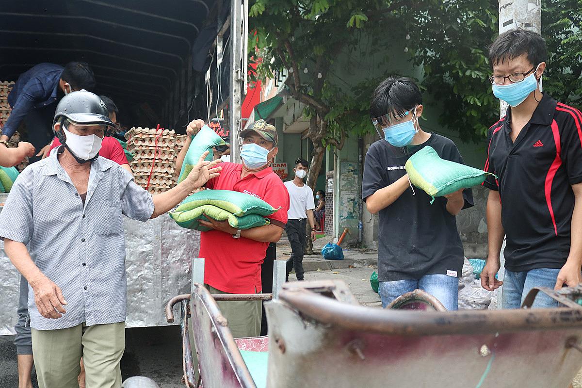 Chiếc xe chở lương thực từ Vĩnh Long lên tới sài Gòn trưa ngày 6/6. Ảnh: Nhóm Điều ước ban mai.