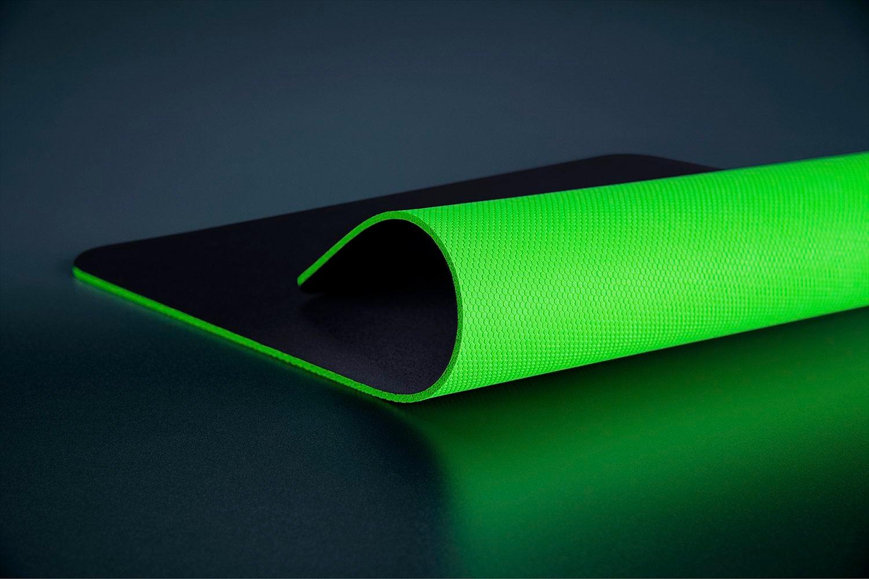 Nếu là fan của hãng thiết bị công nghệ này, không nên bỏ qua tấm lót chuột Razer Gigantus V2 Soft Gaming Mouse Mat Medium RZ02-03330200-R3M1 với độ dày chỉ 3 mm. Sản phẩm có nhiều kích thước từ nhỏ đến lớn với mặt trên màu đen mịn màng và mặt dưới chống trượt màu xanh lá, giúp game thủ dễ thao tác, không lo miếng lót bị xê dịch. Sản phẩm có giá 399.000 đồng, giảm 15% so với giá gốc.