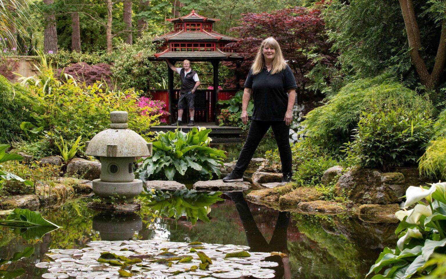 Vợ chồng ông Terry và vợ Dawn mê vườn Nhật nên tự mày mò làm cho mình trong 20 năm. Ảnh: Telegraph.