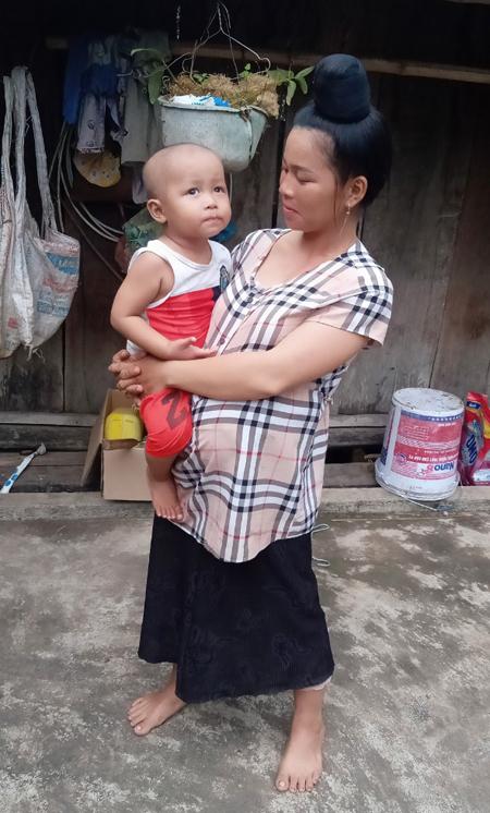 Chị Lò Thị Hồng và con trai Lò Bảo Huy. Ảnh: Gia đình cung cấp.