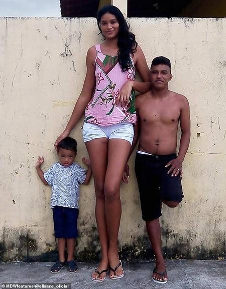 Elisane Silva với chồng và con trai 3 tuổi. Ảnh: Daily Mail