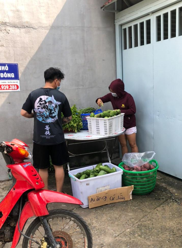Bàn thực phẩm trước cửa nhà ông Tới mỗi ngày. Ảnh: Nguyễn Văn Nơi.