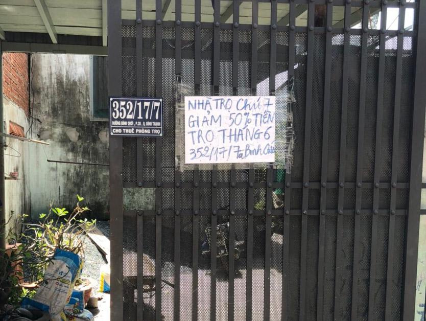 Tấm bảng thông báo đơn sơ dán trước cửa nhà chị Nguyễn Thị Kim Châu. Ảnh: Nhân vật cung cấp.