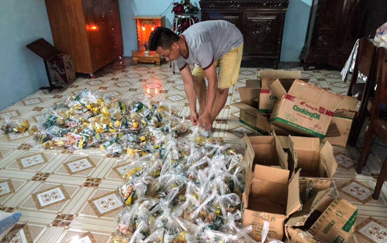 Anh Nguyễn Văn Nơi, 39 tuổi, con trai ông Tới đang chia những phần quà là gia vị để tặng tiếp cho mọi người trong hẻm. Ảnh: Nhân vật cung cấp.