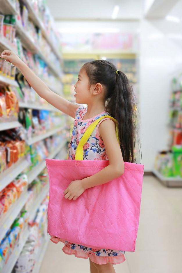 Cho con cùng tham gia các hoạt động thường nhật trong gia đình sẽ giúp con học cách chia sẻ trách nhiệm và quản lý chi tiêu. Ảnh: Freepik