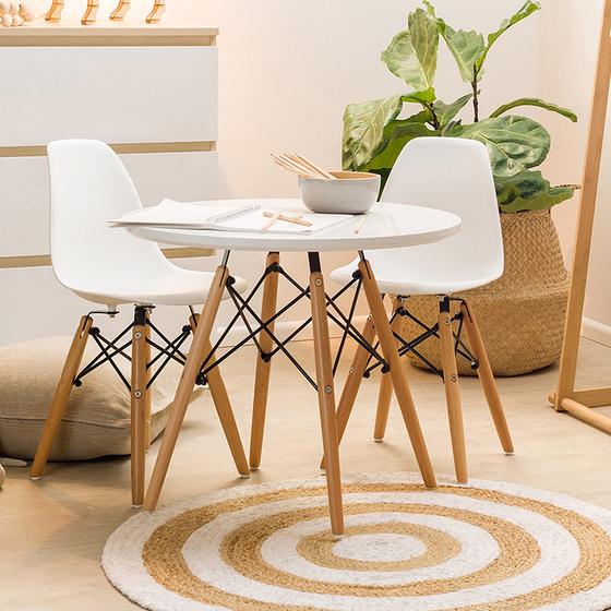 Bộ bàn tròn Eiffel 2 ghế Eames - IBIE - Trắng 1.689.000đ (- 35 %) Thiết kế nổi tiếng và phổ biến trên thế giới.- Mặt bàn làm từ MDF cao cấp, chống thấm tốt.- Khung đan chéo sơn tĩnh điện bền đẹp.- Chân gỗ sồi chắc khỏe, chịu lực tốt. Bộ bàn tròn Eiffel trắng 2 ghế với thiết kế trứ danh của nhà Charles & Ray Eames, phù hợp với nhiều phong cách nội thất, đặc biệt là những nơi có diện tích nhỏ, cần tiết kiệm không gian. Kiểu dáng sang trọng, đẹp mắt, bộ bàn bàn này thích hợp để tiếp khách, làm bàn trà, bàn ăn... trong văn phòng, gia đình hoặc quán cafe. Mặt bàn làm từ gỗ MDF cao cấp, phủ Melamin chống thấm, chống trầy, dễ dàng lau chùi vệ sinh. Bàn có màu trắng trang nhã hay màu đen sang trọng, giúp không gian thông thoáng và làm nổi bật các món ăn, đồ uống được bày biện bên trên, tạo cảm giác sạch sẽ và ngon miệng cho thực khách. Ghế Eames được làm từ nhựa PP mờ cao cấp, màu sắc đa dạng giúp người dùng dễ dàng lựa chọn theo phong cách riêng. Bộ khung chân có kết cấu đan chéo vững chắn, độ cao phù hợp với các loại bàn thông dụng (75cm). Chính thiết kế mang hơi hướng cổ điển, gợi nhớ hình ảnh tháp Eiffel của một Paris hoa lệ là điểm nhấn tạo nên sức hút đặc biệt của loại ghế này. Bàn có 2 loại diện tích là 60cm và 80cm, lắp ráp dễ dàng với bộ phụ kiện kèm theo.