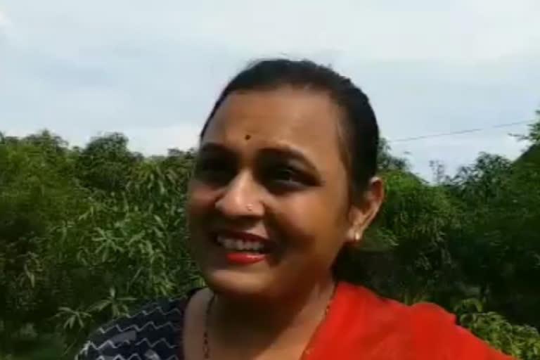 Chị Rani cho biết trồng cây xoài đắt đỏ là niềm vui. Ảnh: Hindustantimes.