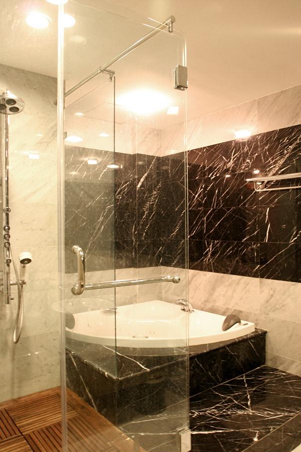 Đá marble cho cảm giác sang trọng và mát mẻ, phù hợp với nhà tắm.