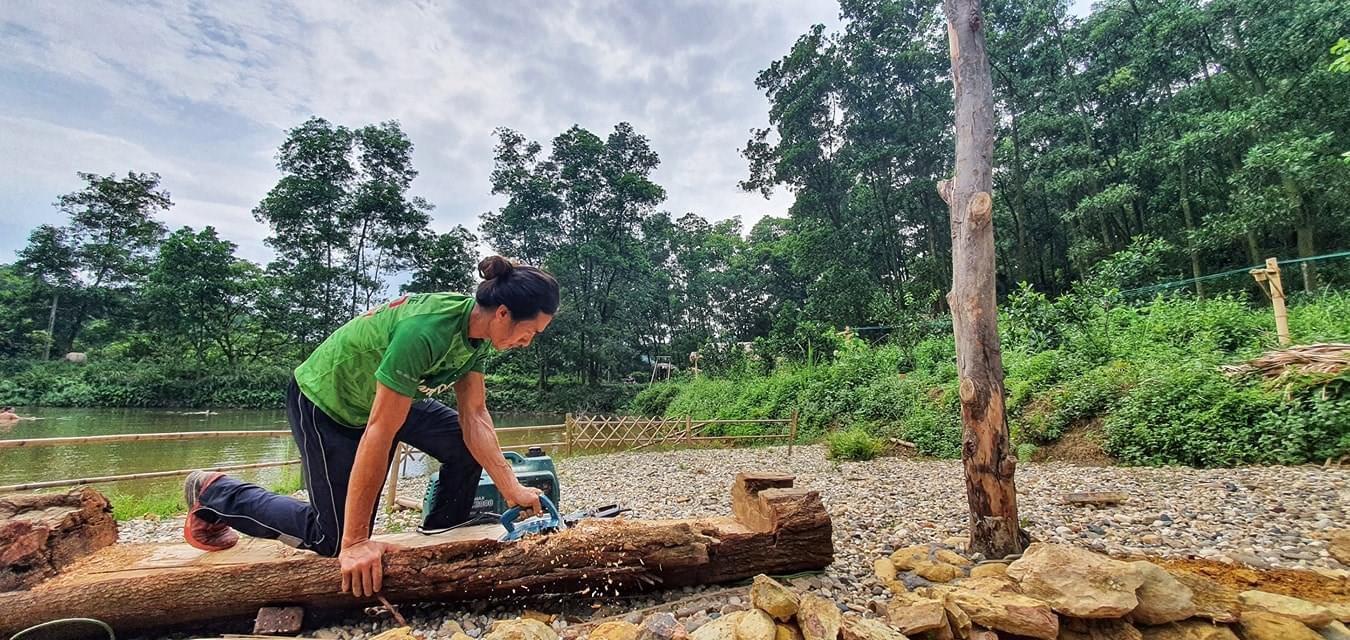 Nguyễn Hoa Việt trong những ngày làm dự án ngôi nhà không của riêng ai. Trong hình anh đang làm một chiếc xích đu. Ảnh: Minh Phương.