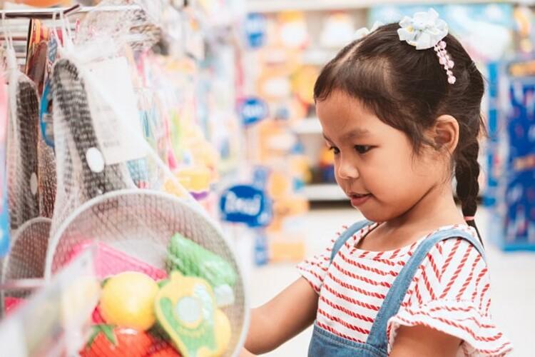 Cha mẹ hãy cho con đi siêu thị cùng, giúp trẻ phân biệt những thứ con cần và muốn. Nguồn: Freepik