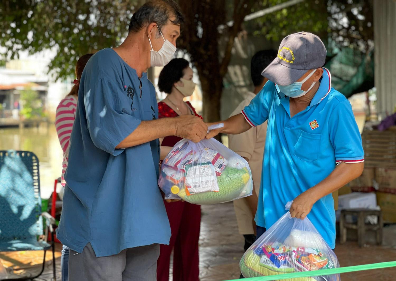 Ngoài việc mở gian hàng 0 đồng, những khi được các mạnh thường quân hỗ trợ nhu yếu phẩm, bà làm phiếu rồi tổ chức tặng hàng trăm phần quà cho người khó khăn ở quận Cái Răng. Ảnh: Ngọc Trâm.