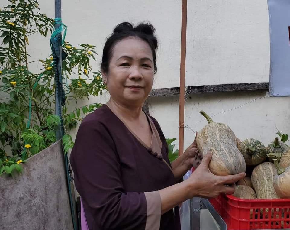 Thay vì ở nhà nghỉ ngơi, bà Hà dành nhiều thời gian cho công việc thiện nguyện vốn đã gắn bó hơn 20 năm. Kể từ ngày có gian hàng 0 đồng, mỗi ngày bà đều ra để lựa rau củ, châm hàng lên khi thiếu. Ảnh: Ngọc Trâm.