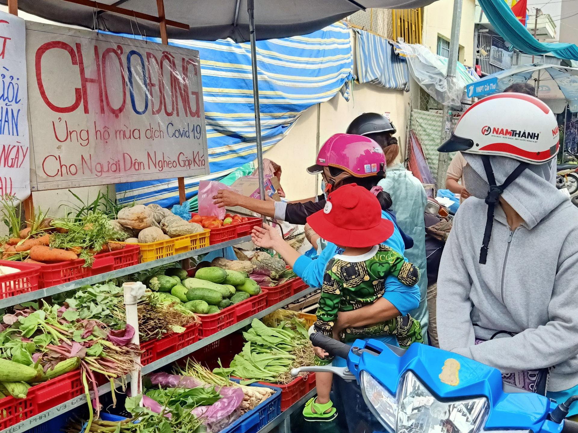 Gian hàng 0 đồng nằm sau lưng chùa Phước Long, đường Trần Hưng Đạo có đầy đủ các loại rau củ, mì, trứng như một sạp hàng ở chợ. Ảnh: Ngọc Trâm.