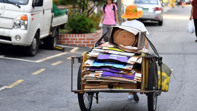 Bà Lee Deok-ja và chiếc xe chuyên đi nhặt bìa carton của mình. Ảnh: Yonhap.