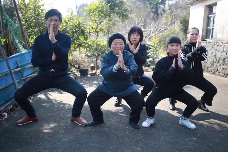 Bà Zhang dạy con, cháu, chắt và đệ tử Kungfu. Ảnh: Visual China.