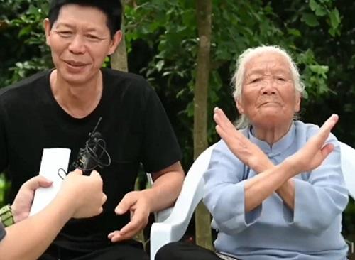 Bà Zhang hướng dẫn phóng viên quốc tế các kỹ năng Kungfu. Ảnh: Sina Weibo.
