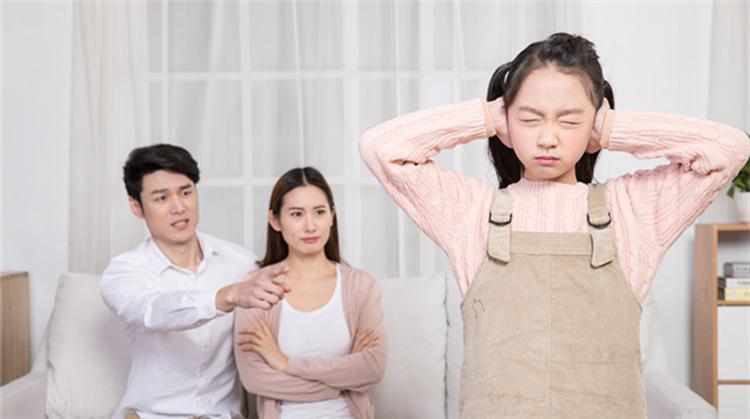 Bố mẹ nếu thường xuyên so sánh con với người khác sẽ khiến trẻ nghĩ tình yêu cha mẹ dành cho mình là có điều kiện. Ảnh: qq.