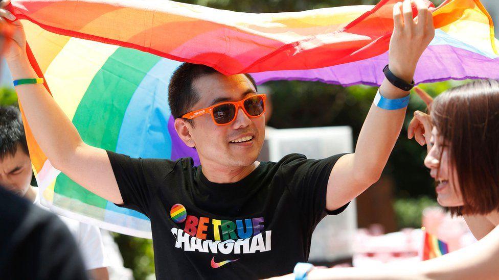 Một cuộc diễu hành kêu gọi cộng đồng không phân biệt đối xử với những người LGBT ở Thượng Hải. Ảnh: SMH.