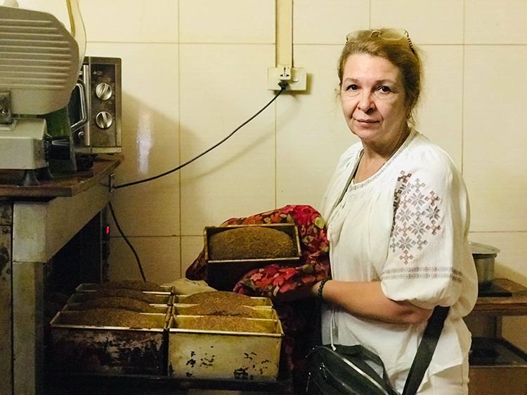 Bà Svetlana Nguyen bên lò bánh mì đen truyền thống của Nga. Những ngày Hà Nội tạm dừng hoạt động quán ăn phục vụ tại chỗ do dịch Covid-19, đây là món chủ chốt duy trì hoạt động của quán. Ảnh: Hải Hiền.