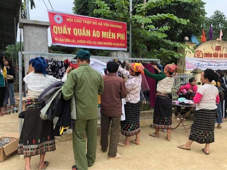 Quầy quần áo miễn phí do Hương khởi xướng, kết hợp với Hội chữ thập đỏ xã Yên Khương. Ảnh: Nhân vật cung cấp.