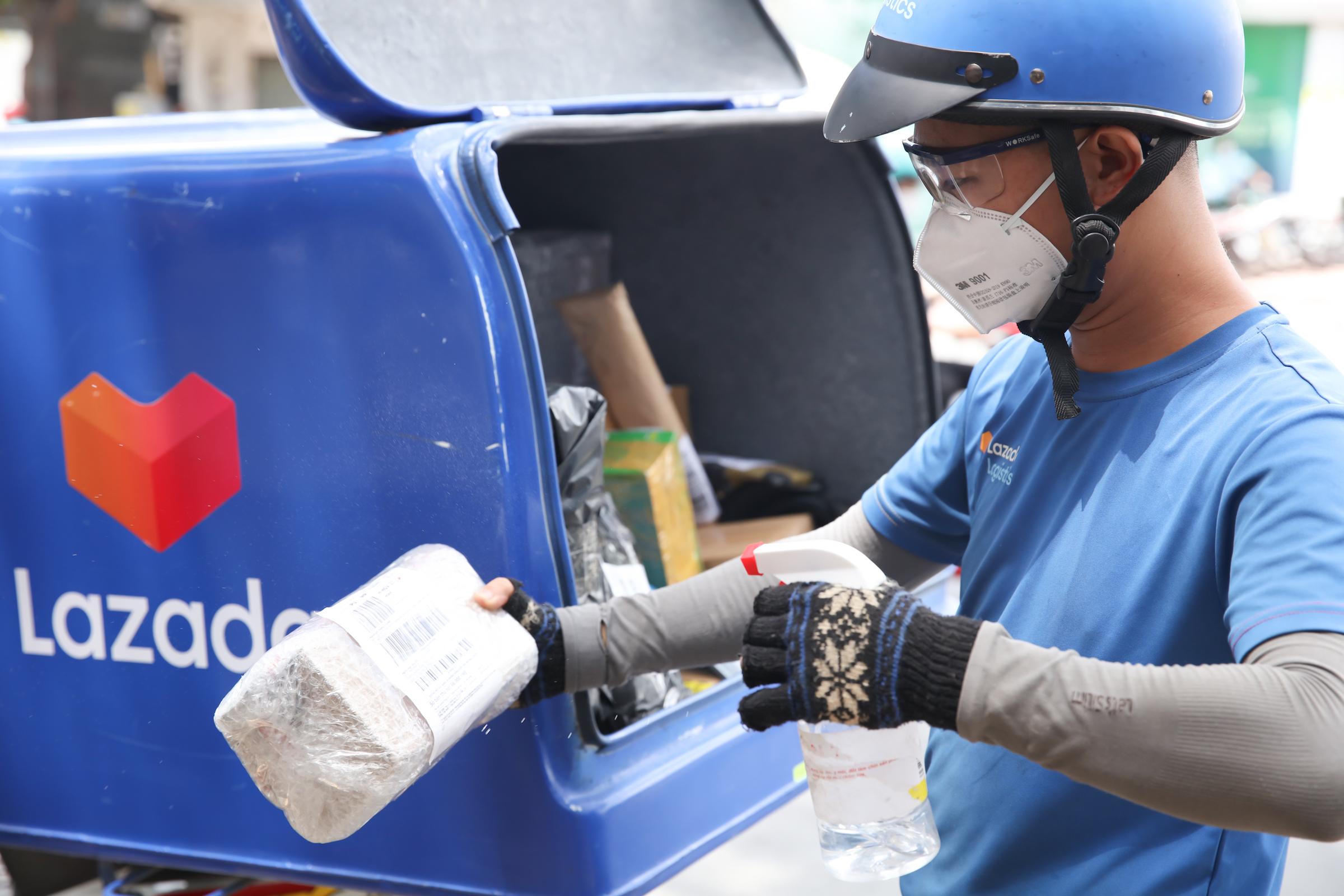 Đội ngũ shipper phối hợp chặt chẽ với nhà bán hàng và thực hiện đủ các bước khử khuẩn để đảm bảo sức khỏe cho khách mua hàng. Ảnh: Lazada Việt Nam.