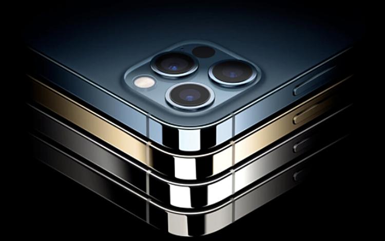 Điện thoại Apple iPhone 12Pro Max được coi là trùm cuối của dòng iPhone 12, là chiếc iPhone có màn hình lớn nhất từ trước đến nay với kích thước 6,7 inch. So với Apple iPhone 12Pro, Apple iPhone 12Pro Max còn cho chất lượng hình ảnh đẹp hơn nhờ khả năng  Zoom quang học 2,5x, phóng to hình ảnh tới 2,5 lần mà chất lượng không thay đổi, ống kính tele mới tiêu cự 65 mm, chụp sắc nét ở cự ly xa. Tính năng chống rung quang học thay đổi cảm biến sensor-shift OIS mang tới hiệu quả chống rung gấp 5 lần so với OIS thông thường. Máy có các màu bạc, đen, trắng vàng, xanh dương, phiên bản dung lượng 128 GB có giá gốc 32,99 triệu đồng.