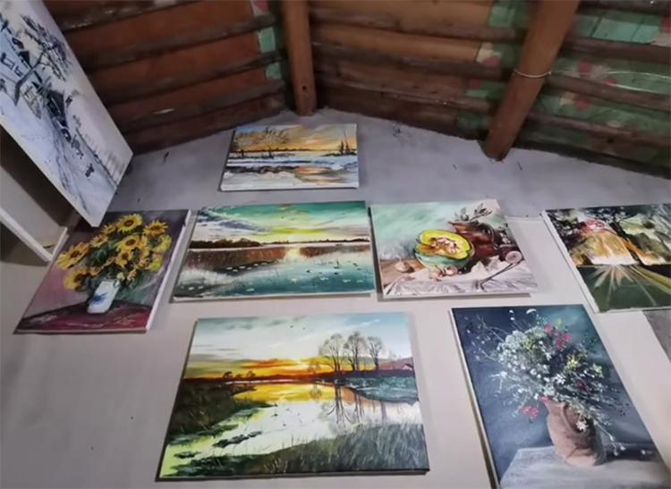 Một số tác phẩm của Lập được treo trong nhà chờ giao cho khách. Ảnh: huanqiu.