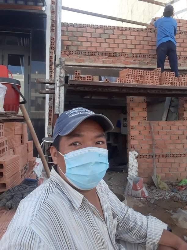Anh Bình cũng làm thợ hồ được hơn hai tháng nhưng vì trong người có bệnh tim nên không thể tiếp tục. Ảnh: Nhân vật cung cấp.