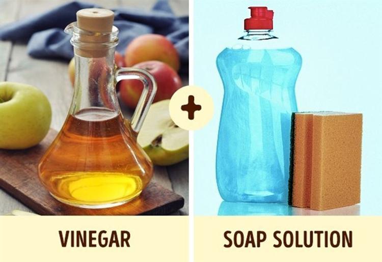 Để làm sạch bồn tắm cần chuẩn bị giấm ăn, nước xà phòng, bình xịt, bọt biển và khăn sạch. Ảnh: brightside