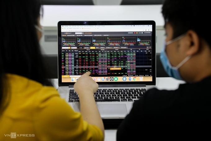Nhà đầu tư giao dịch tại công ty chứng khoán VNDIRECT. Ảnh: Quỳnh Trần.