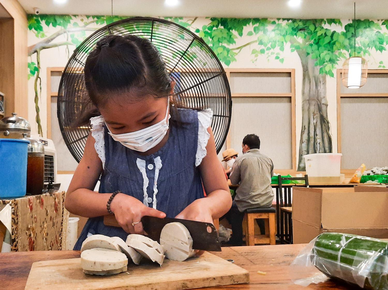 Quỳnh Như làm được hầu hết các việc vặt trong bếp ăn. Ảnh: Diệp Phan.