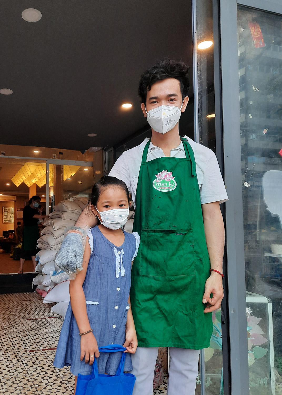Anh Hào chưa lập gia đình, anh đưa Quỳnh Như lên Sài Gòn để chăm sóc, tìm trường tình thương cho cháu học. Ảnh: Diệp Phan.