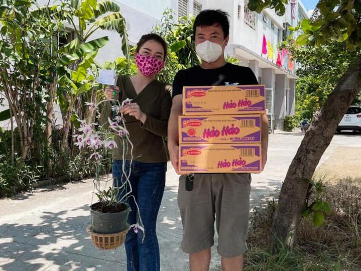 Với khách hàng ở Đà Nẵng, chị Thảo không nhận đổi lan bằng tiền. Khách ở tỉnh xa có thể chuyển khoản nhờ chị mua hàng rồi chị sẽ giao lan đến tận nhà. Ảnh: Mai Thảo.