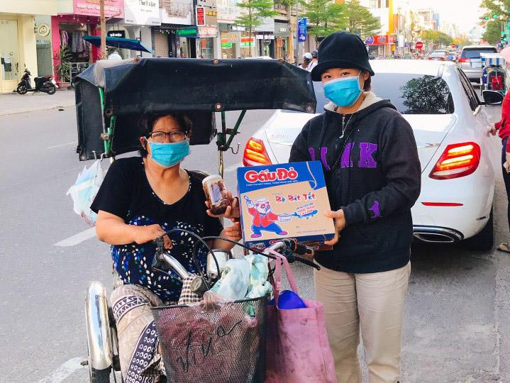 Mì gói và lương thực đổi bằng lan sẽ được tặng những người khó khăn trong thành phố. Ảnh: Mai Thảo.