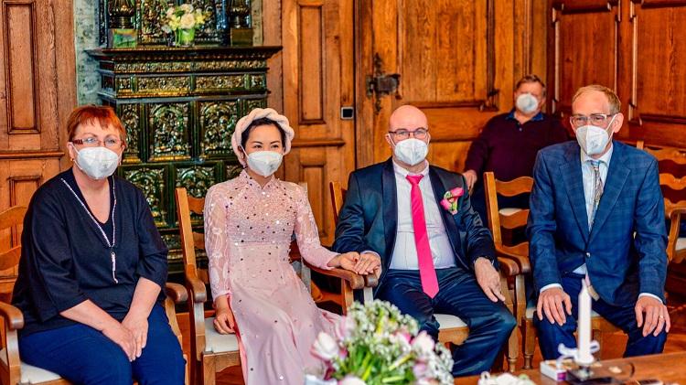 Đám cưới chỉ năm người, gói gọn trong 30 phút của vợ chồng Việt - Đức ở Thụy Sĩ, trong một biệt thự cổ kính ở  Feldkirch, Áo. Ảnh: Nhân vật cung cấp.
