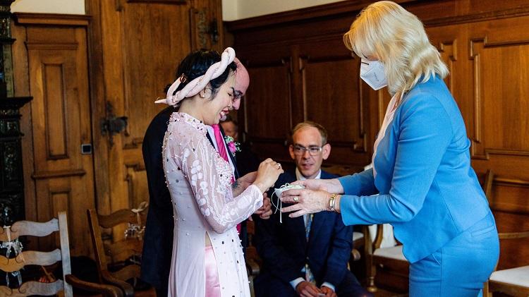 Cô dâu mặc áo dài truyền thống của người Việt tổ chức hôn lễ cùng chồng Đức. Anh chị được chủ hôn tặng một lọ muối - biểu tượng cho hôn nhân bền vững. Ảnh: Nhân vật cung cấp.