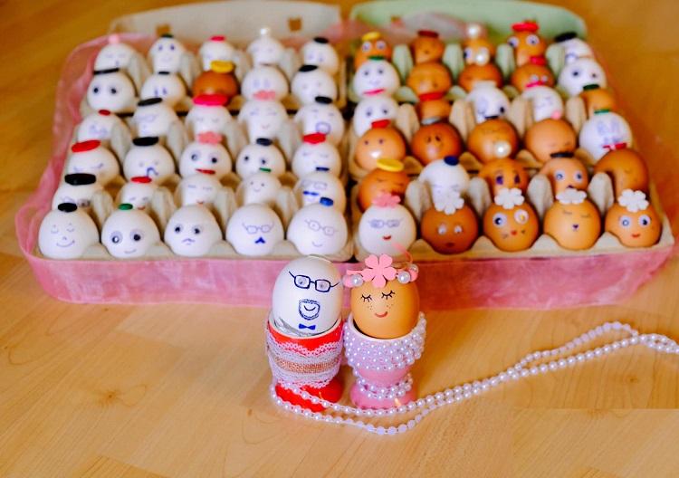 Đám cưới trứng do vợ chồng chị Nguyệt Minh tự trang trí. Trong ảnh là tấm hình cô dâu chú rể chụp ảnh cùng quan viên hai họ. Ảnh: Nhân vật cung cấp.
