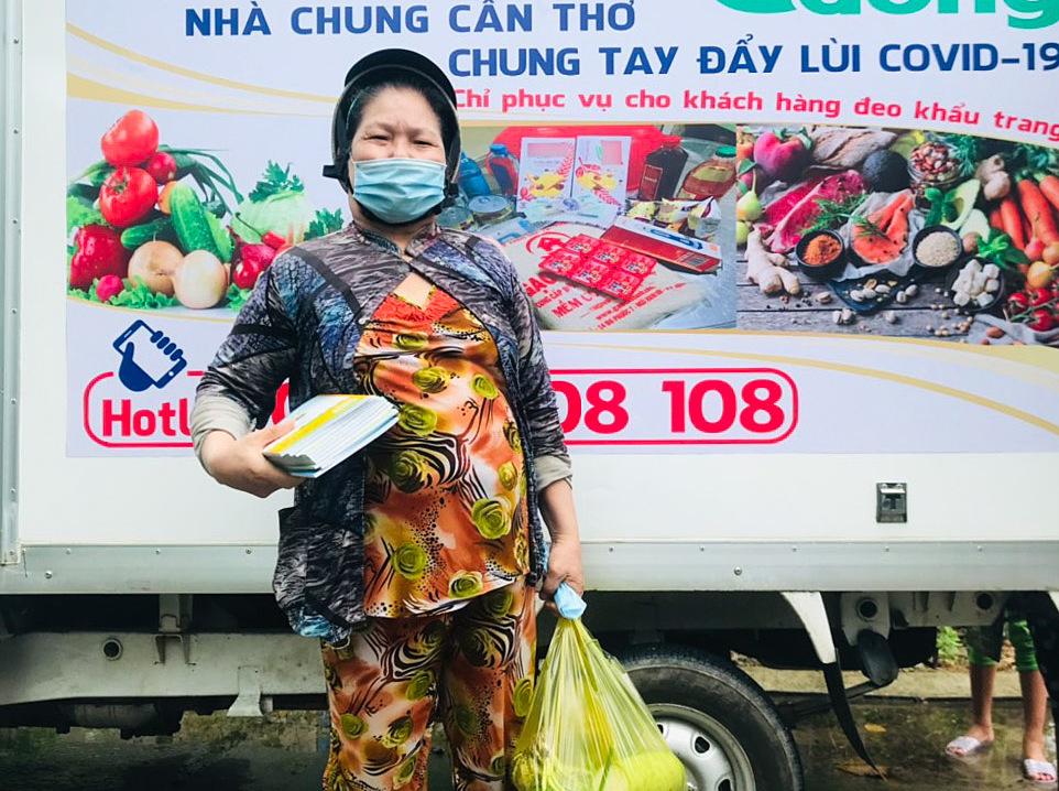 Ngoài túi thực phẩm gồm 5kg gạo, rau trái, trứng và gia vị... những gia đình có con nhỏ đang đi học sẽ được mua thêm vở, balo với giá 0 đồng. Ảnh: Nhân vật cung cấp.