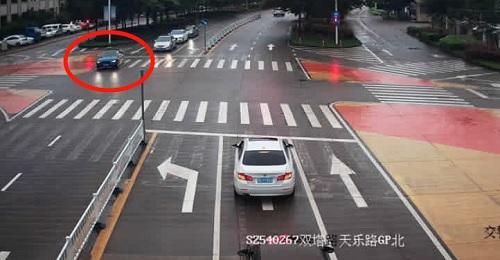 Chiếc xe (khoanh đỏ) làm náo loạn đường phố Thặng Châu khi vi phạm giao thông 50 lần trong hai ngày. Ảnh: Sina.