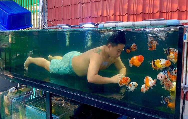 Thắng ngụp lặn trong hồ để vệ sinh bể hoặc chơi đùa với cá vàng. Ảnh: Nhân vật cung cấp.