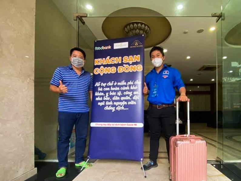 Anh Khởi (áo kẻ) cùng Phước Hiếu, tình nguyện viên đến lưu trú đầu tiên hôm 7/7: Ảnh: Nguyễn Tuấn Khởi.