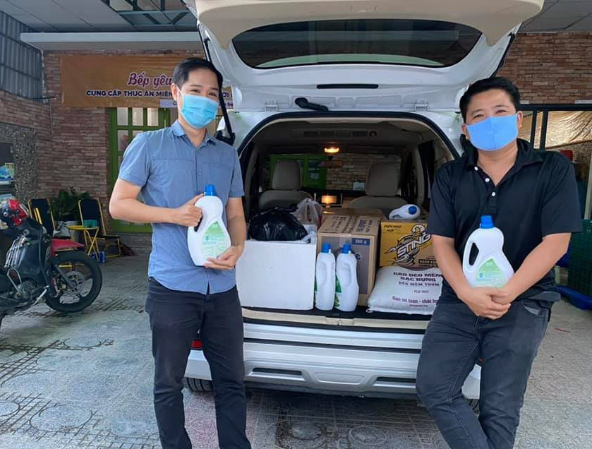 Anh Huy và anh Khởi đang chuẩn bị chở thực phẩm, nước uống đến khách sạn hỗ trợ miễn phí cho khách đang lưu trú tại khách sạn chiều ngày 9/7. Ảnh: Nguyễn Tuấn Khởi.
