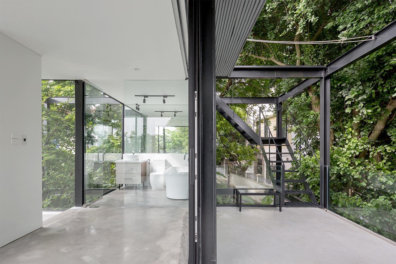 Chất liệu kính làm mờ ranh giới giữa căn nhà và thiên nhiên.