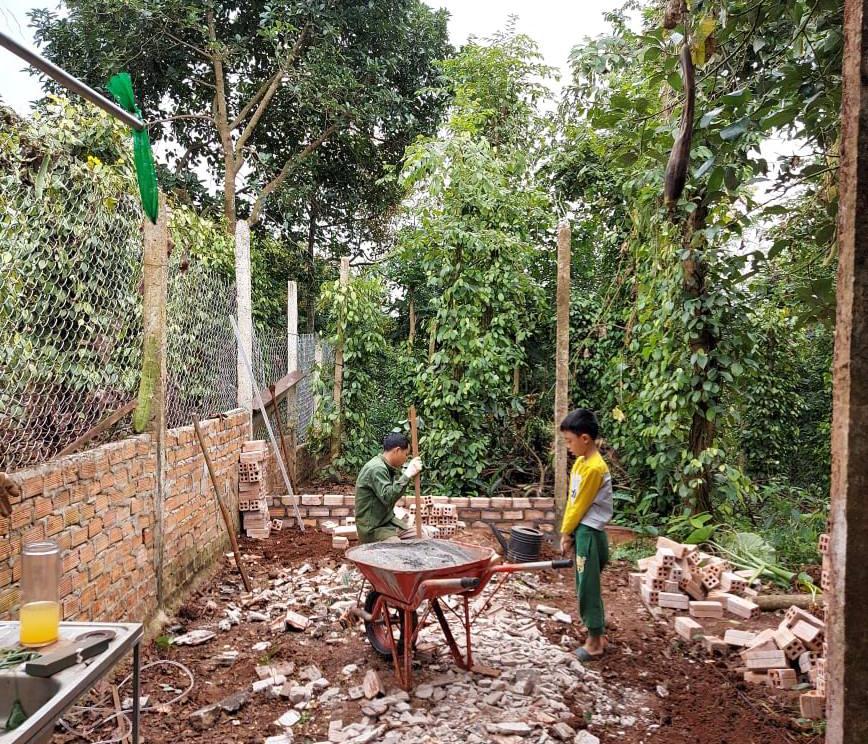 Ông xã Nguyệt và con trai nện đất làm nhà xưởng để hạt hồi cuối năm 2019, tại Đăk Lăk. Ông xã Nguyệt rất thích DIY, từ năm lớp 9 đã xây được nhà cho bà nội, nên có vứt ở đâu cả gia đình cũng sống được. Ảnh: Nhân vật cung cấp.
