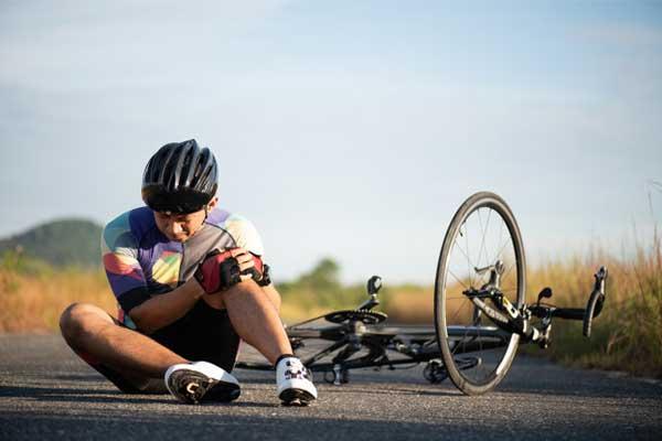 Vận động viên đạp xe thường dễ dính chấn thương đầu gối. Ảnh: Stock.
