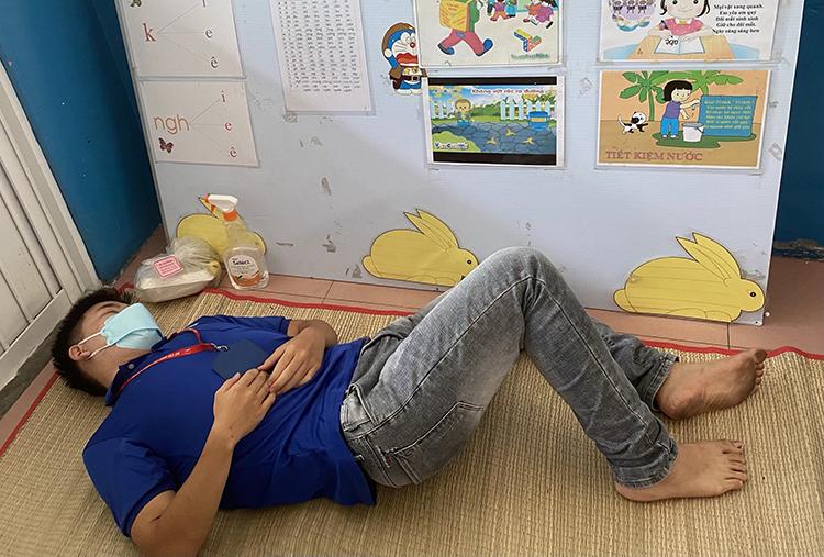 Mỗi lần được về trung tâm y tế nghỉ ngơi, nhiều hôm quá mệt, Đạt đặt lưng xuống chiếu là ngủ.