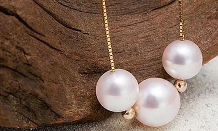Dây chuyền One Time làm từ vàng 18K, vàng trắng vàng hồng freesize có mặt là ba viên ngọc trai nước ngọt, tạo điểm nhấn cho sản phẩm. Mẫu nữ trang dễ kết hợp với phụ kiện, trang phục, kiểu tóc và làn da của người mang.