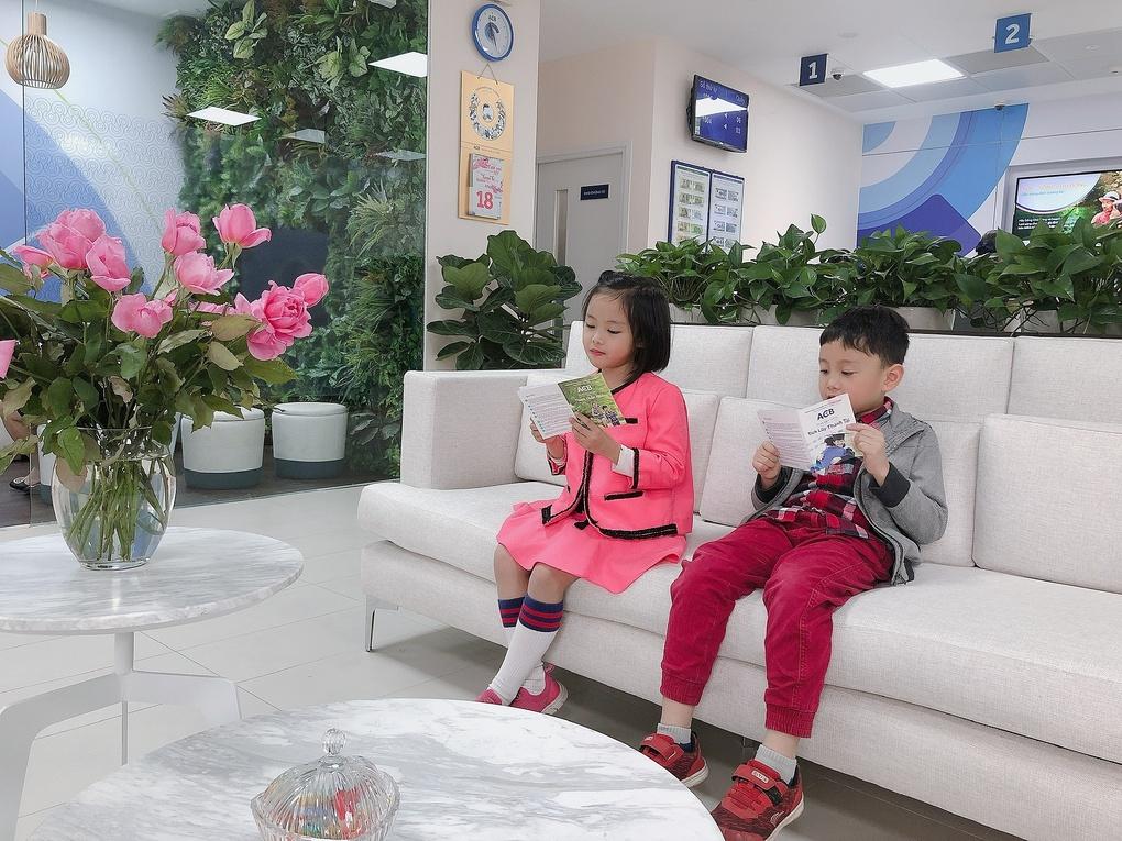 Hai anh em Lê Huy và Bảo Hân cùng tới ngân hàng gửi tiết kiệm.