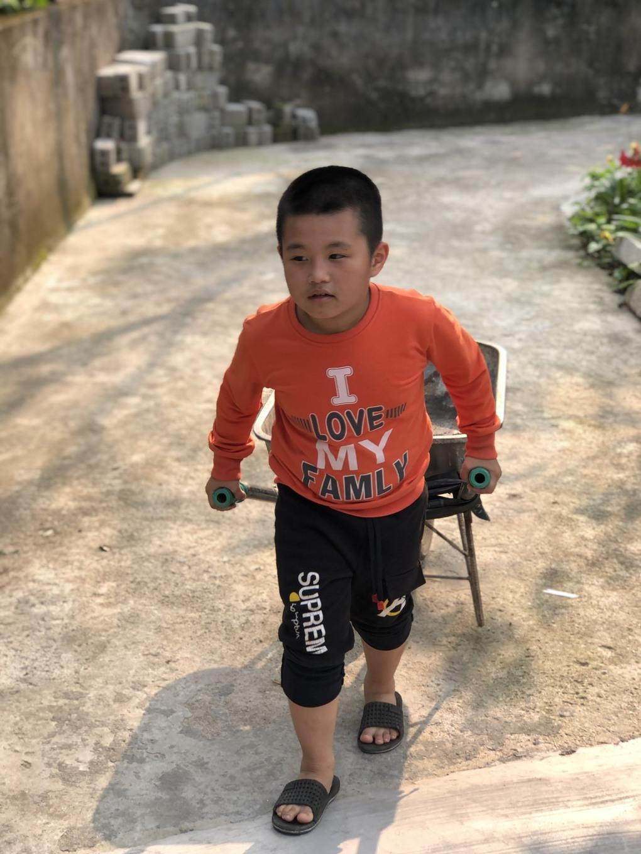 Bé Trần Hải Nam biết giúp đỡ bố mẹ công việc nhà.